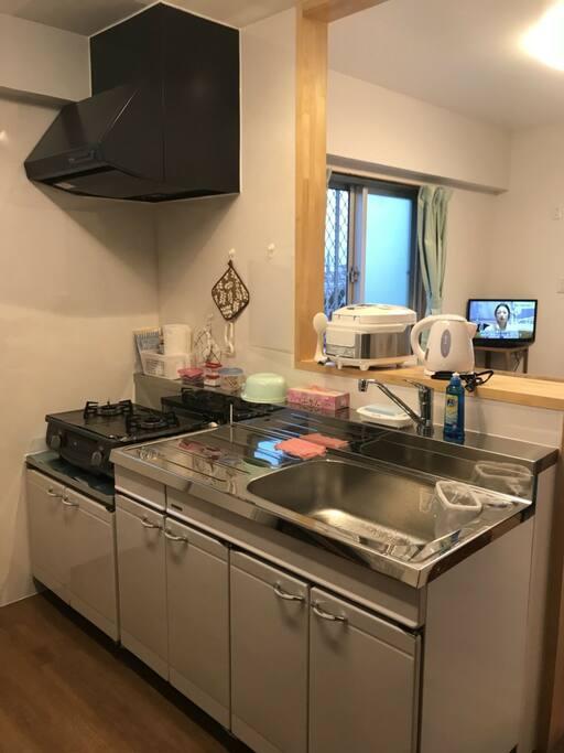 キッチン、コンロ、炊飯器、ポット、 調味料