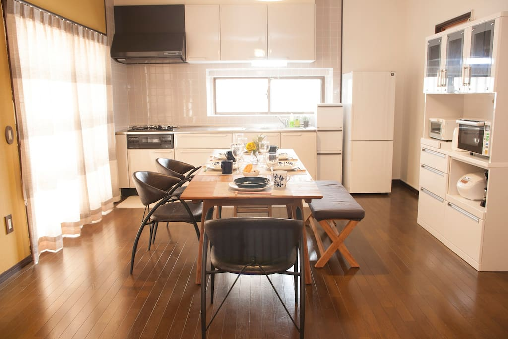[Dining room] The kitchen comes with gas stove, a refrigerator, a microwave, and plenty of cooking and eating utensils to make your stay as easy as possible.   ガスコンロのキッチンや冷蔵庫、電子レンジ、さらに調理器具や食器も一揃い備えていますので、 暮らしているかのようなステイが可能です。