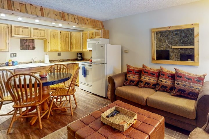 Cozy Condo – Walk to Everything/ Shared Pool & Hot Tub/ Fireplace/ WiFi!