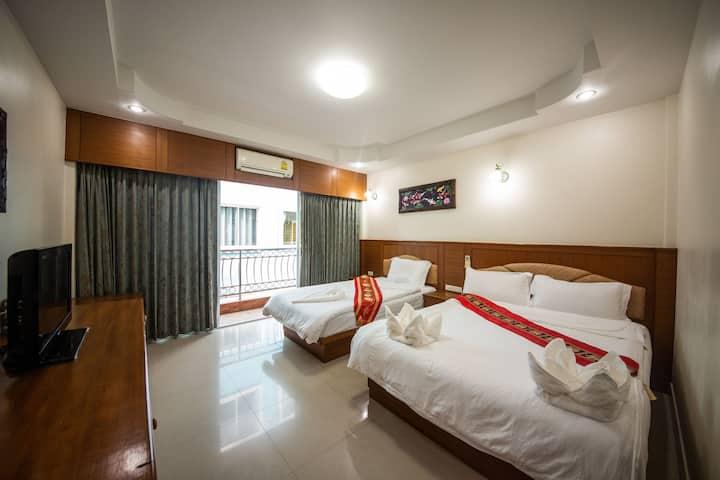 芭东海滩核心区温馨家庭房(两张床)Warm family room