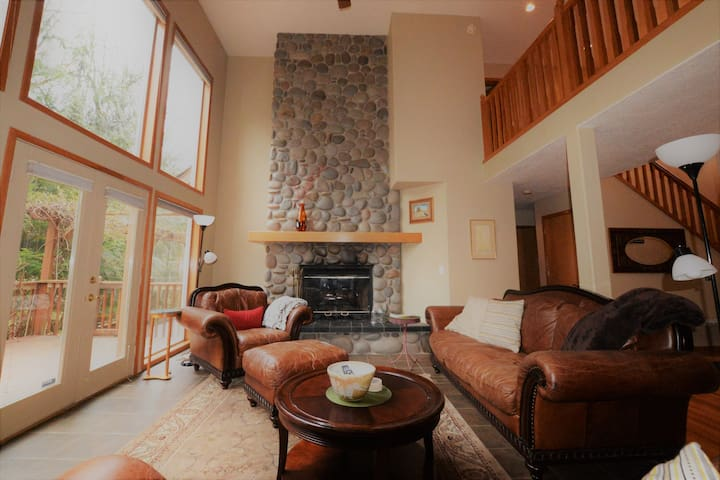 Spacious mountain retreat, WIFI, fire pit & garden - Mount Hood Village - 一軒家
