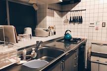 Shared kitchen. Basic seasonings free of charge. キッチンでは料理に必要な調味料もお使い頂いて構いません。