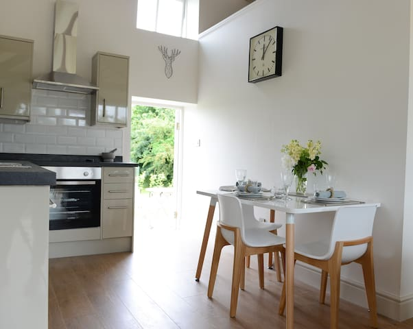 beautiful self contained cottage + breakfast