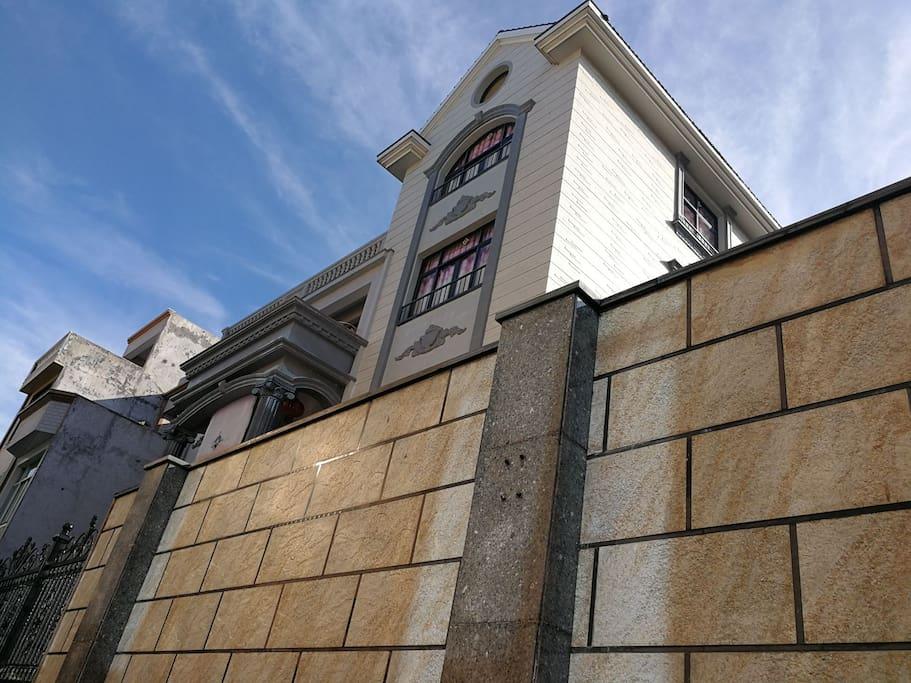 鸟叔家的嘉寓占地面积近400平方,主体建筑五层,总建筑面积近一千平方。围墙内有私家花园,各种生活设施齐备,给你一个温馨的家的感觉。
