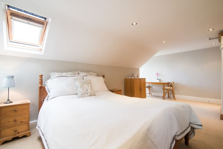 Charming Victorian En Suite Attic - Altrincham - House