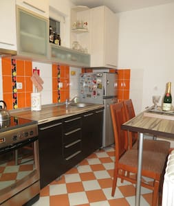 Beautiful flat in warm summer color, free parking - Apartament