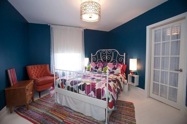 Chambre avec lit double et garde-robe.