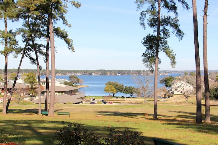 Cozy Cottage just a mile from Lake Conroe