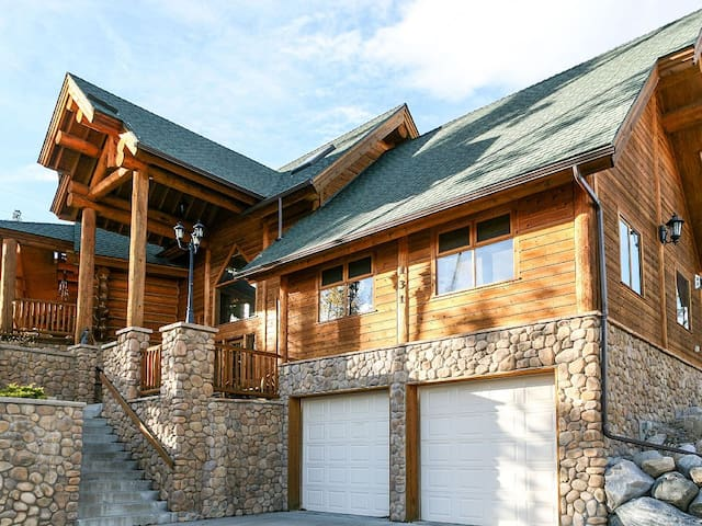 Silverthorne Log Cabin with a Beautiful View