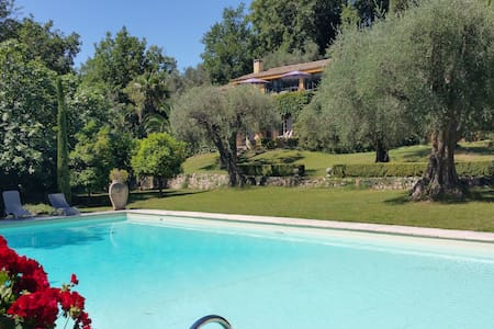 LARGE FAMILY PROPERTY SET IN STYLISH PARK - le bar sur loup - Villa