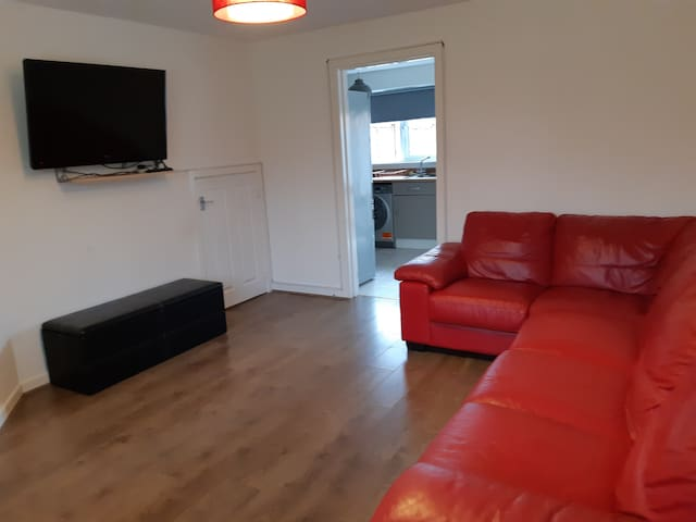 Beautiful 2.5 Bed HSE WIFI,Parking, Selfcheck-in