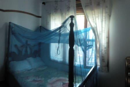 Zimmer mit Bad im Herzen von Jinja - Jinja - Appartement