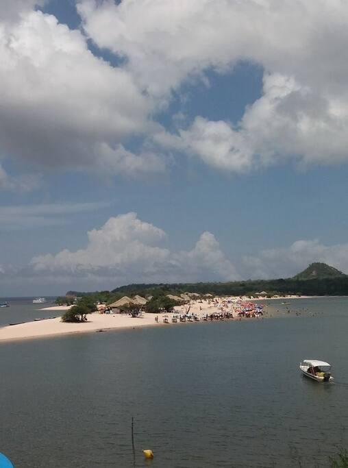 Praia Chamada Ilha do Amor em frente a orla da Vila de Alter do Chão