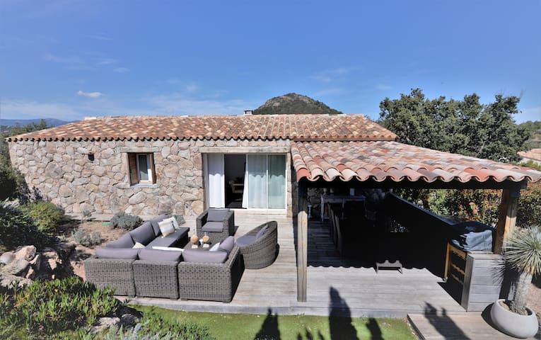 Villa en pierres avec piscine à Santa Giulia