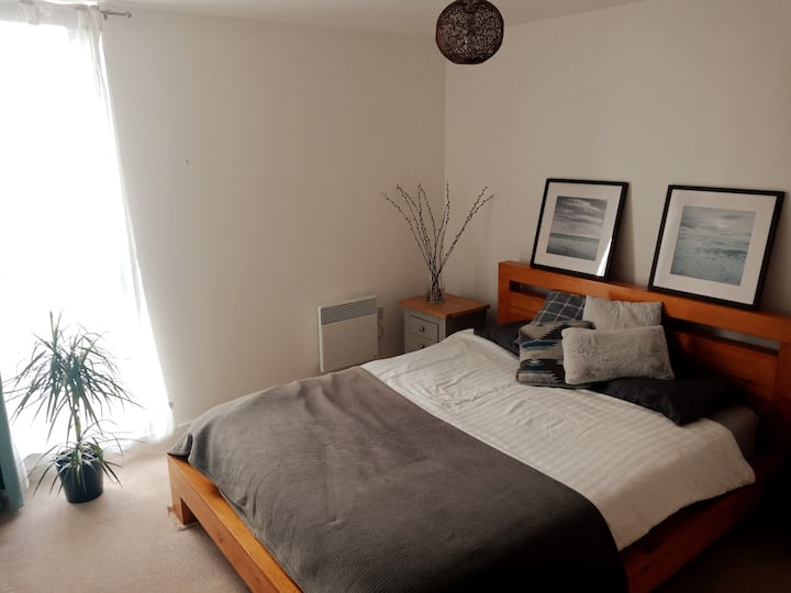 Private double room in modern riverside flat