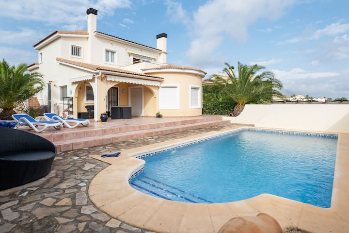Beautiful 4 p villa with private swimmingpool with garden of palms