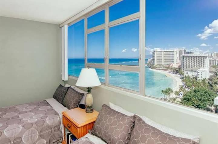 Kalakaua Waikiki Beachfront Cutie! Large 1 Bedroom