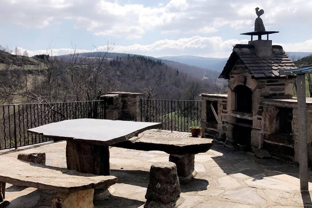 Terrasse barbecue face au Mont Lozère