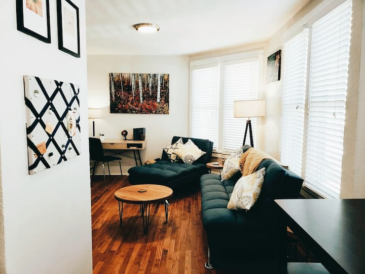 Welcome to*Historic Downtown - Main Street Flat - Second Floor Views*