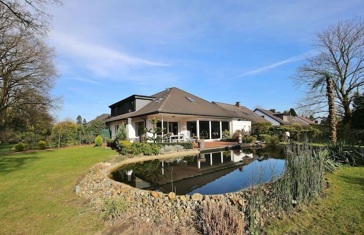 Luxuriöse Villa mit Garten und Kamin bei Hamburg