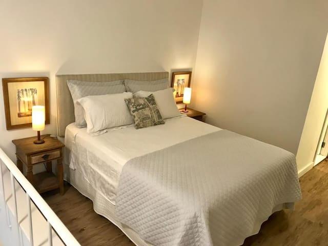 Dormitório com cama Queen