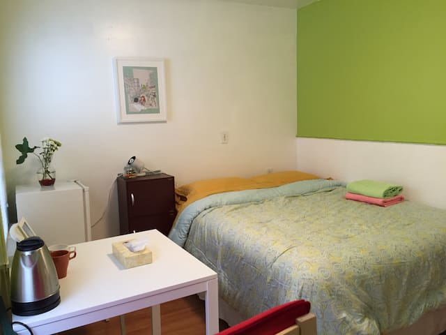 Easily accessible cozy room! R202