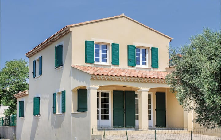 Amazing home in Lançon de Provence with WiFi and 3 Bedrooms