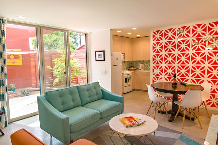 Mid-Century Modern style guesthouse with private, enclosed patio