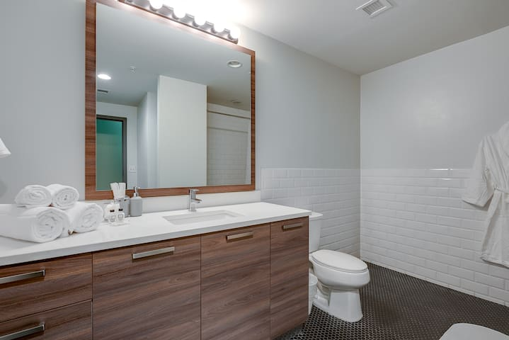NO CLEANING FEE! Modern 1BD+FREE Valet Parking