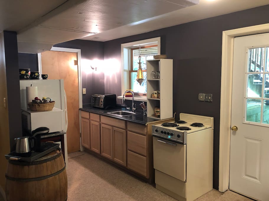 Galley kitchen. Fridge, stove, microwave, toaster oven, single-use coffee maker and electric tea pot. Private entrance (6 steps down).