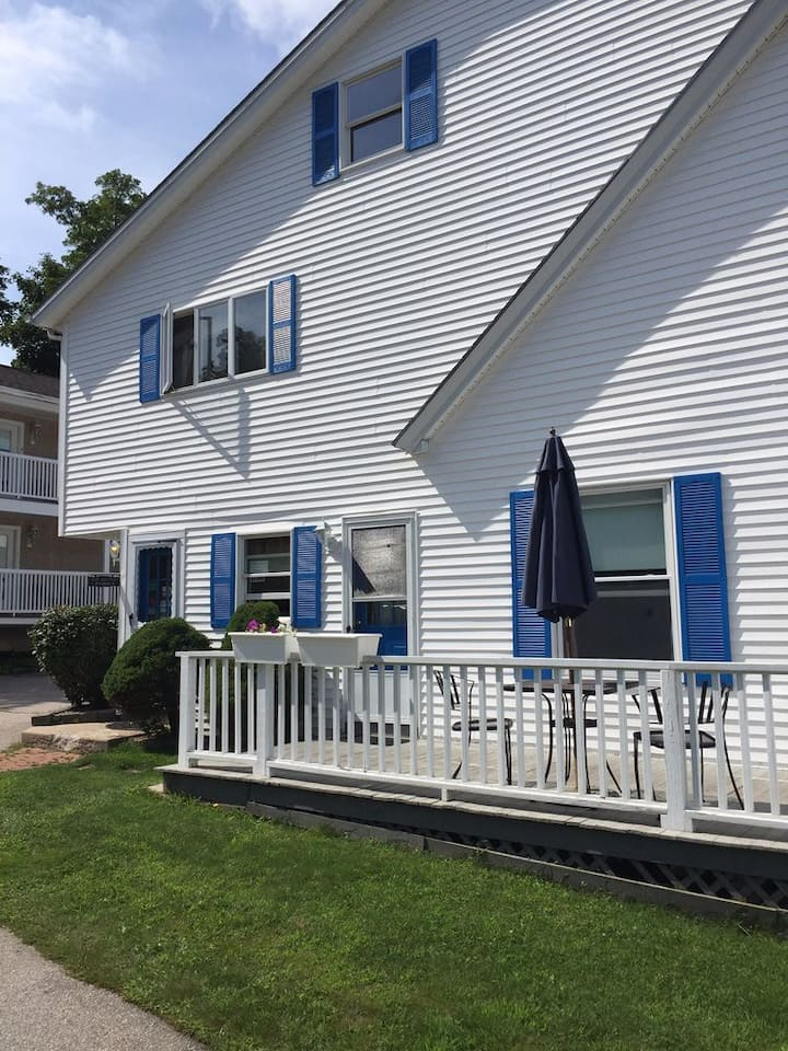 Perfect 2 bedroom suite with path to Marginal Way