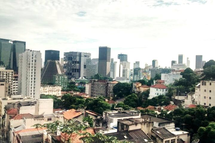 Vista panorâmica da janela da sala, de onde se pode contemplar o centro da cidade, a Catedral Metropolitana do Rio de Janeiro e o bairro da Lapa, reduto da boemia carioca.