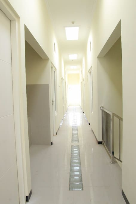 lorong lantai 2 dengan pencahayaan yang maksimal
