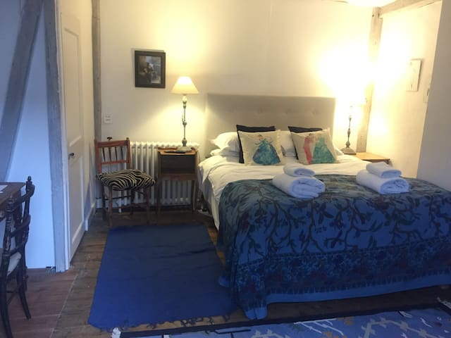 Flowers room at Baye House Colchester with parking