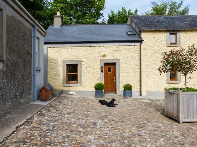 Cosy 2 bedroom cottage, sleeps 4