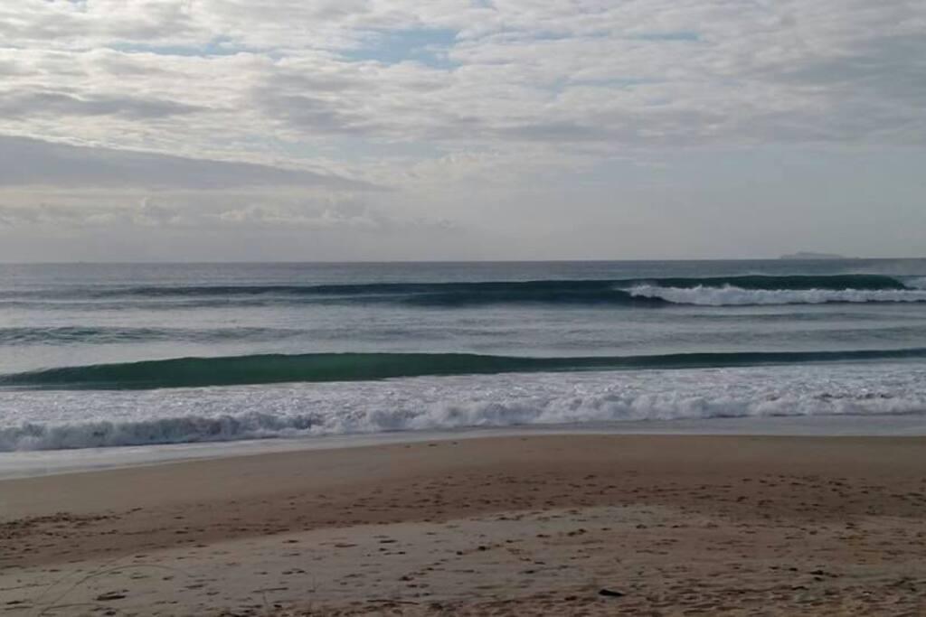 Praia em dia de boas ondas.