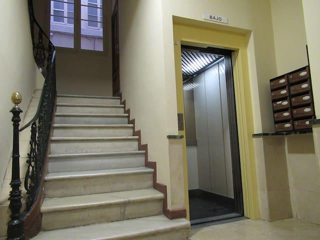 Interior del portal con ascensor para no tener que subir escaleras :)