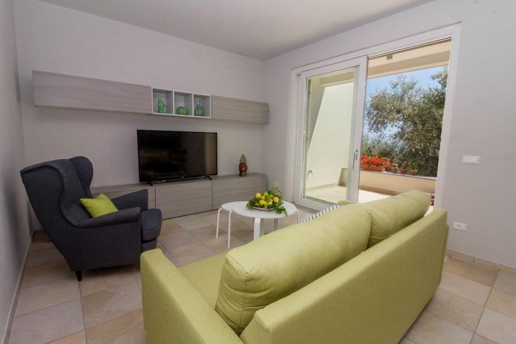 Il soggiorno (divano letto) con porta finestra che dà sul terrazzo.