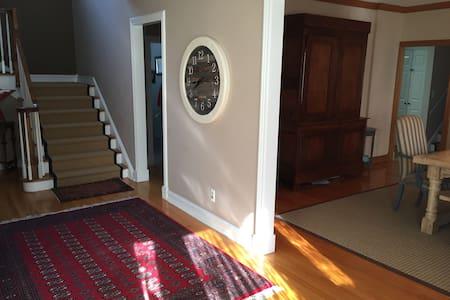 Grand light filled home sleeps 10 - Pelham Manor - Maison