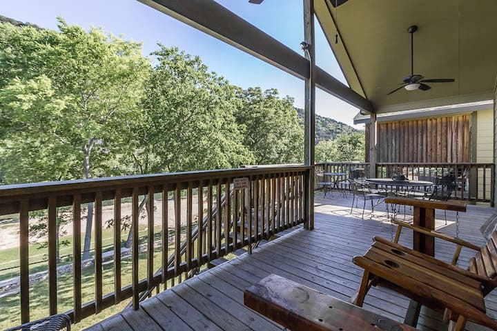 Cowboy Lodge on Guadalupe River - WATERFRONT!