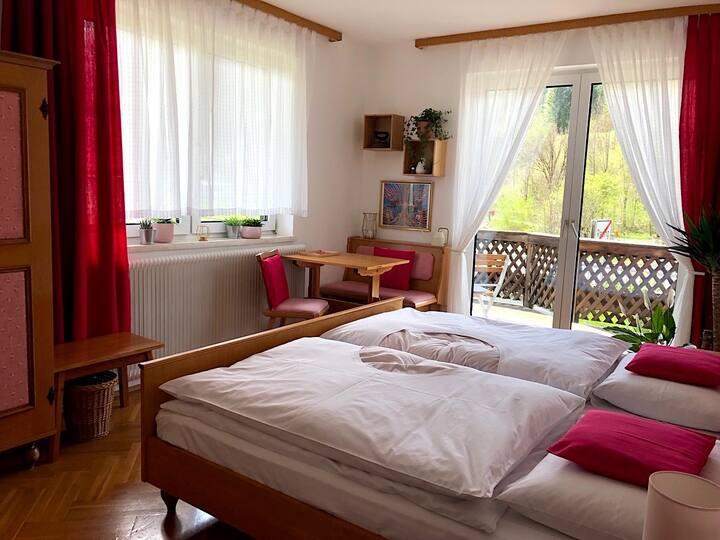 Rosarotes Doppelzimmer in wunderschönem Landhaus