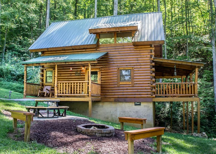 Comfortable cabin with hot tub, fire-pit and seasonal pool access