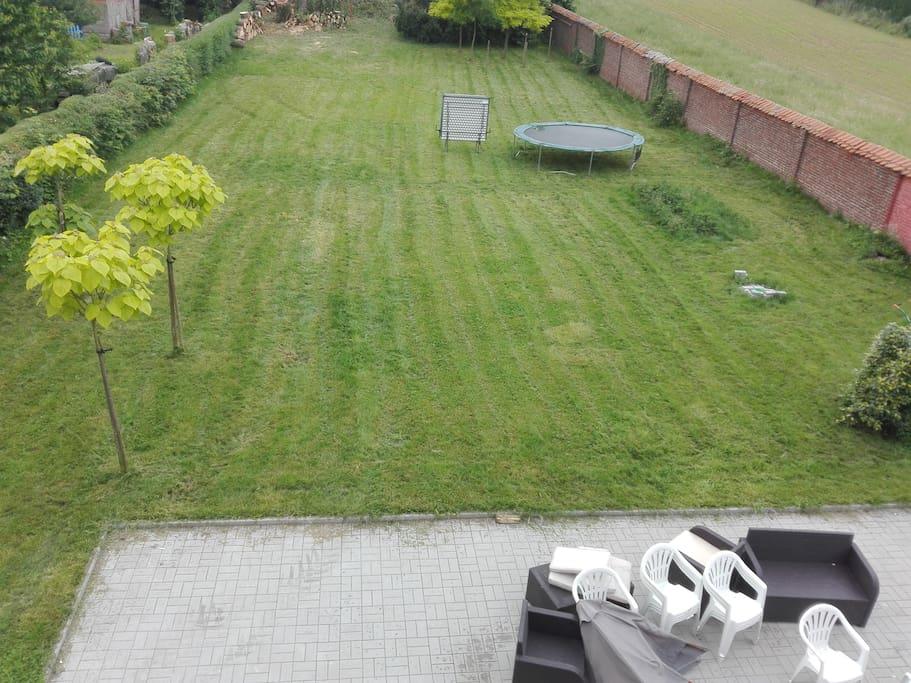 Grand jardin avec trampoline vue depuis la chambre verte -- Big garden with a trampoline