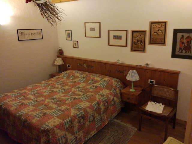 Seconda stanza da letto, il soffitto purtroppo non si vede ma è piano, in legno con le travi a vista esattamente come quello della stanza padronale.