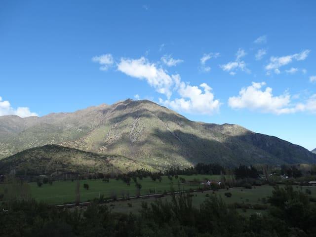 Paisaje de nubes reflejadas en el cerro
