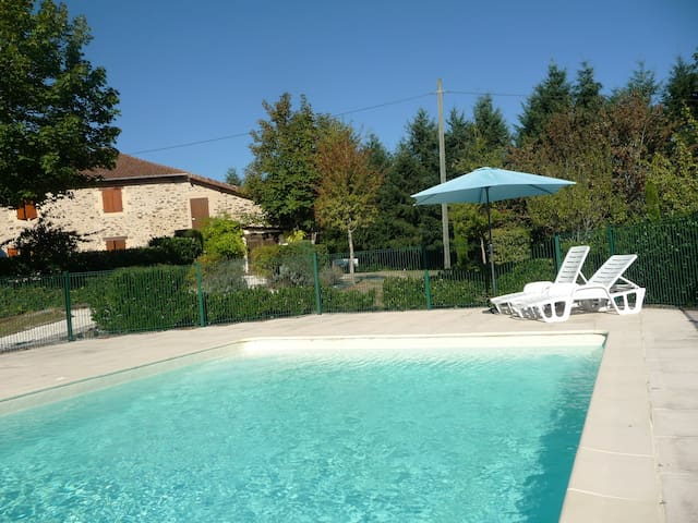 Gîte Noix: Relaxing setting with large pool. - Angoisse