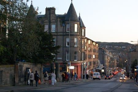 SPACIOUS TOP FLOOR FLAT - Sleeps 8 - Edinburgh - Apartment