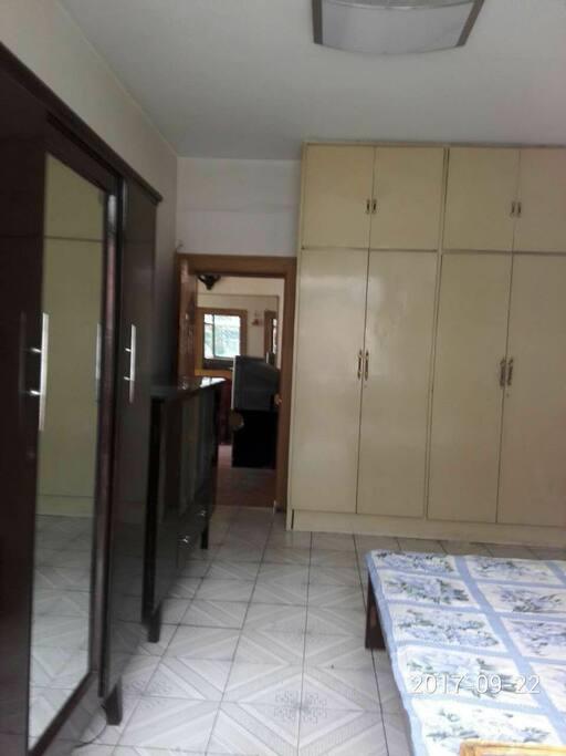 卧室1,有一张双人床一张单人床,带小阳台