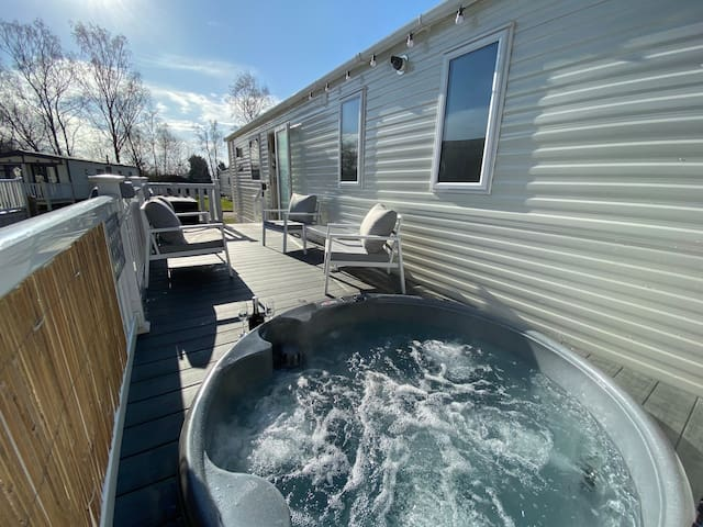 Lakes Breaks - Luxury 3 Bed with Hot Tub