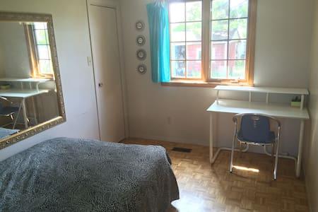 Chambre (lit double) environ 20minutes de Montréal - Brossard - Ház